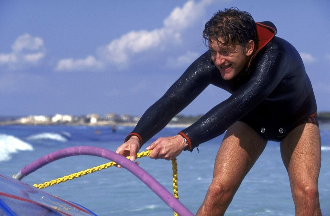 Um die hübschen mallorquinischen Mädchen beeindrucken zu können, wagt sich David (Dominic Raacke) ans Surfen ... - Bildquelle: ProSieben