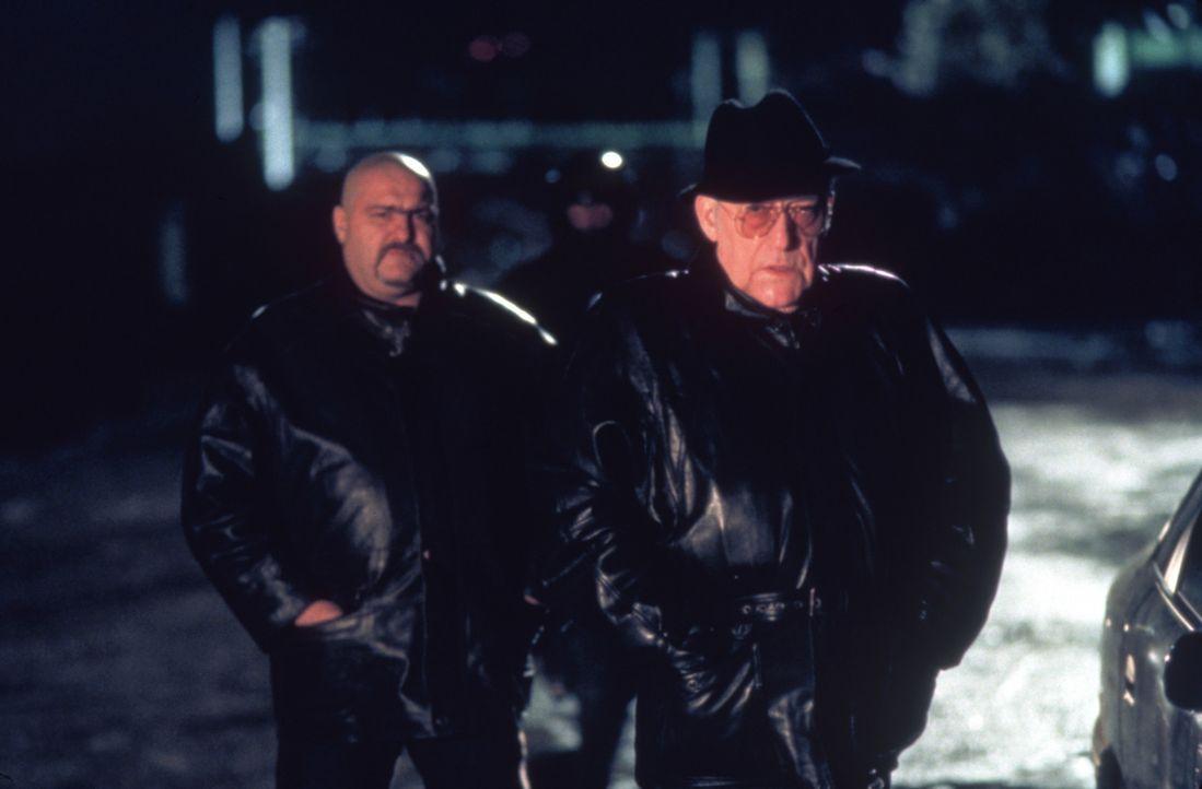 Er ist schon lange dick im Geschäft: Der skrupellose Gangster Feche (Michel Duchaussoy, r.) stiftet permanent Unruhe zwischen Dris und Yanis ... - Bildquelle: Sony Pictures Television International. All Rights Reserved.
