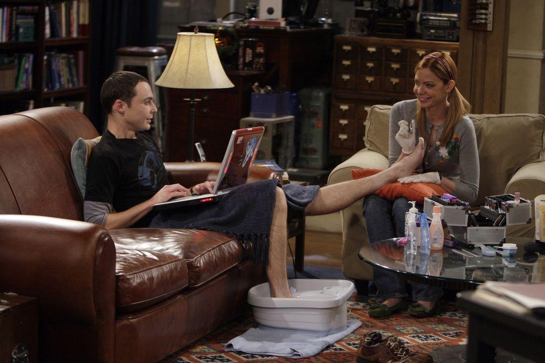 Nachdem Sheldon (Jim Parsons, l.) gemeinsam mit Leonard eine Rede vor Studenten hat, wird er von Ramona Nowitzki (Riki Lindhome, r.) bedrängt, die... - Bildquelle: Warner Bros. Television