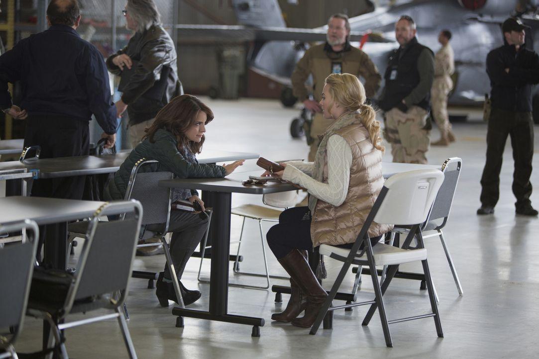 In Afghanistan lernt Kim Baker (Tina Fey, l.) die Reporterin Tanya (Margot Robbie, r.) kennen, die ihr zeigt, wie sie sich im Kriegsgebiet und vor a... - Bildquelle: Frank Masi 2015 Paramount Pictures. All Rights Reserved.
