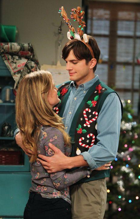 Während Walden (Ashton Kutcher, r.) alias Sam Wilson sein neues Leben mit Kate (Brooke D'Orsay, l.) genießt, ist Alan zu Weihnachten sich selbst übe... - Bildquelle: Warner Brothers Entertainment Inc.