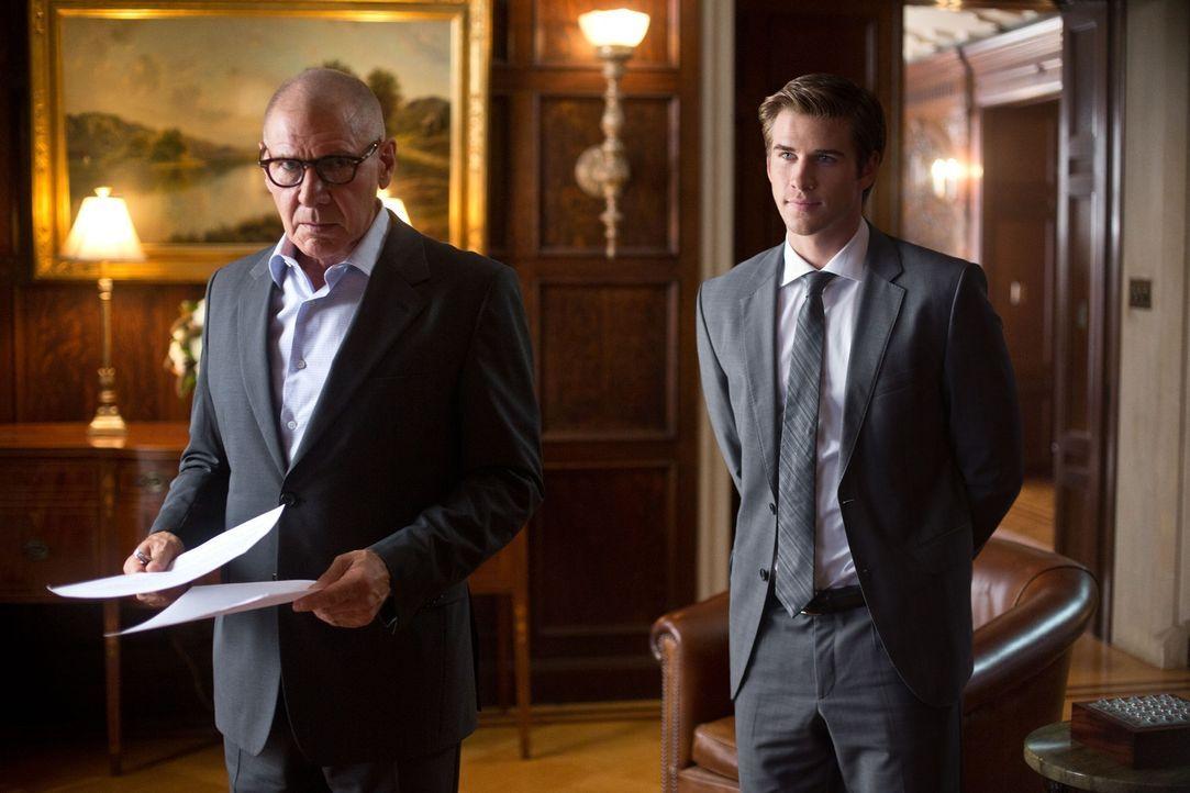 Schnell erschleicht sich Adam (Liam Hemsworth, r.) das Vertrauen von Eikon-Chef Jock Goddard (Harrison Ford, l.). Zu spät erkennt er, dass mit dem e... - Bildquelle: 2012 Paranoia Acquisitions LLC. All rights reserved.