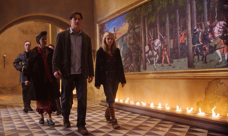 Werden von Capricorns Männern gefangen genommen und in dessen Festung gebracht: Elinor (Helen Mirren, 2.v.l.), Mo (Brendan Fraser, 2.v.r.) und Meggi... - Bildquelle: Warner Brothers
