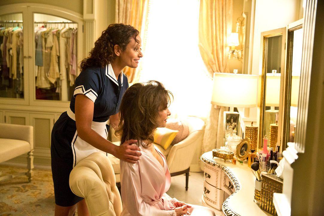 Mit Hilfe von Genevieve Delatour (Susan Lucci, r.) versucht Zoila (Judy Reyes, l.), Valentina Remi aus dem Kopf zu schlagen. Doch wird ihr das wirkl... - Bildquelle: ABC Studios