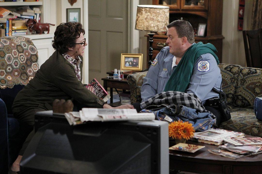 Eigentlich ist Mike (Billy Gardell, r.) auf Diät, doch bei seiner Mutter Peggy (Rondi Reed, l.) wird er schwach und frisst sich durch. Was wird Moll... - Bildquelle: Warner Brothers