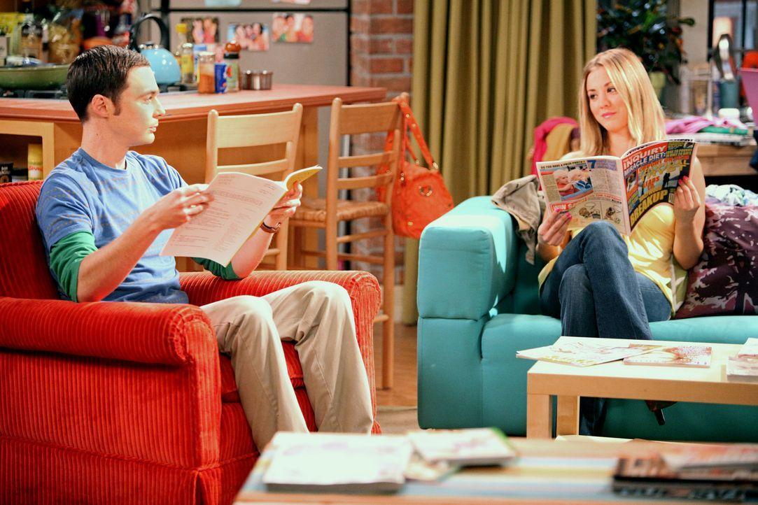 Geraten wegen einem Seuchensessel in Streit: Sheldon (Jim Parsons, l.) und Penny (Kaley Cuoco, r.) ... - Bildquelle: Warner Bros. Television