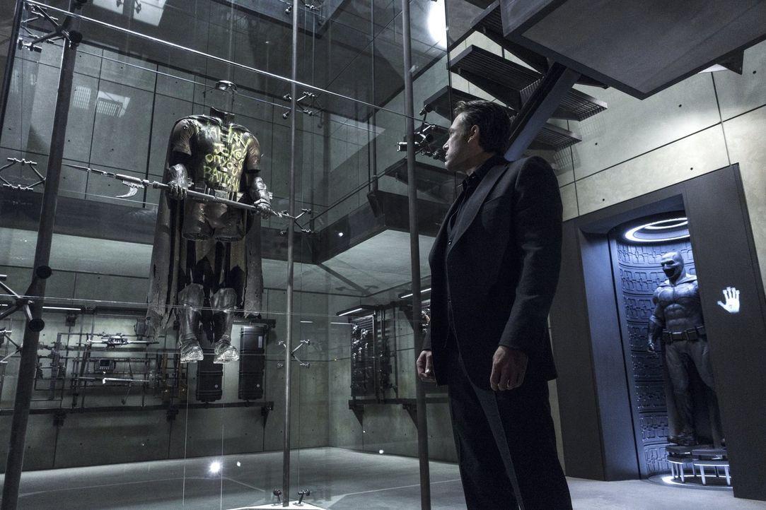 Macht Superman für den Tod mehrere Menschen verantwortlich und will ihm darum Einhalt gebieten: Bruce Wayne (Ben Affleck) ... - Bildquelle: Warner Bros.