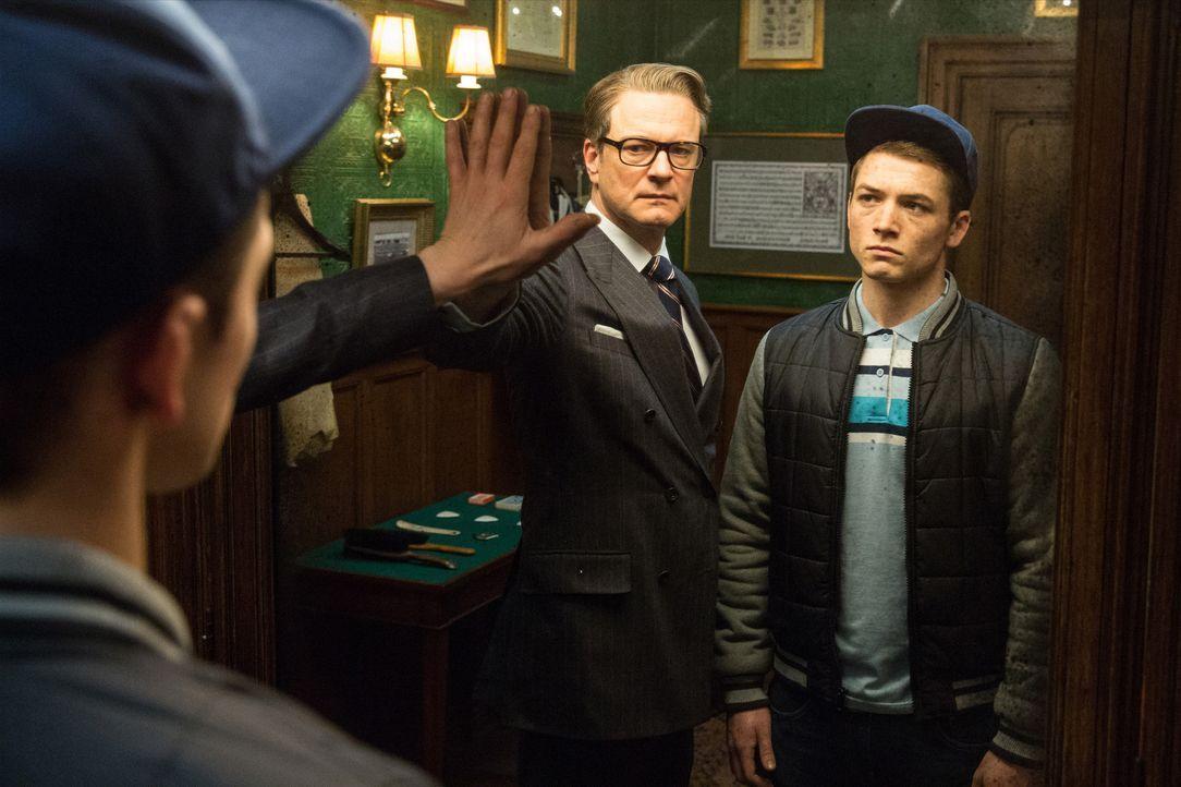 """Weil """"Eggsys"""" (Taron Egerton, r.) Vater Harry Hart (Colin Firth, l.) einst das Leben rettete, bewahrt der Geheimagent den Jungen vor dem Gefängnis u... - Bildquelle: 2015 Twentieth Century Fox Film Corporation. All rights reserved."""