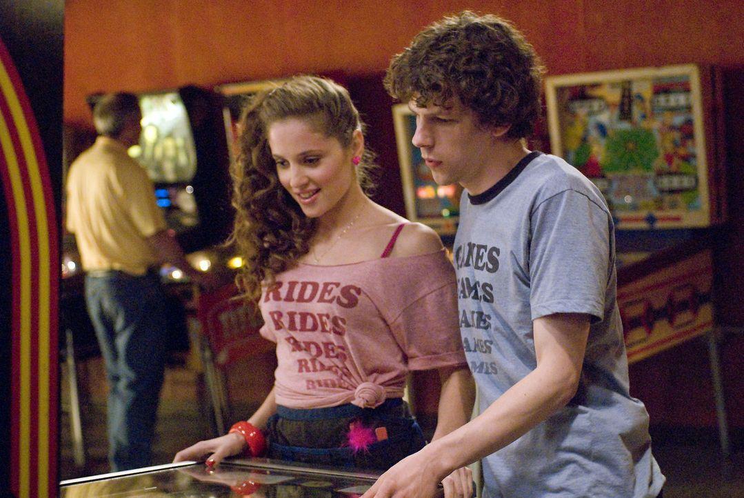 Es gelingt Mike, James (Jesse Eisenberg, r.) zu überreden, mit Lisa (Margarita Levieva, l.) auszugehen. Gleichzeitig verunsichert er Em in Bezug au... - Bildquelle: Miramax Films. All rights reserved