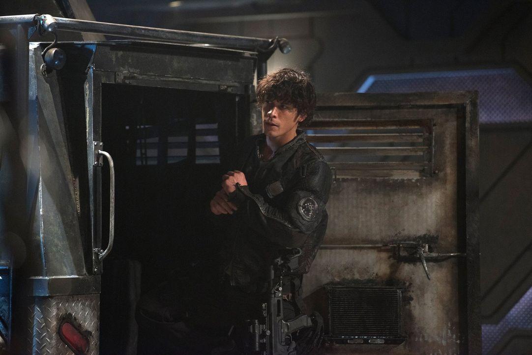 Während Bellamy (Bob Morley) vor nichts mehr zurückzuschrecken scheint, versucht Octavia verzweifelt, weitere Morde und einen Krieg zu verhindern ..... - Bildquelle: 2014 Warner Brothers