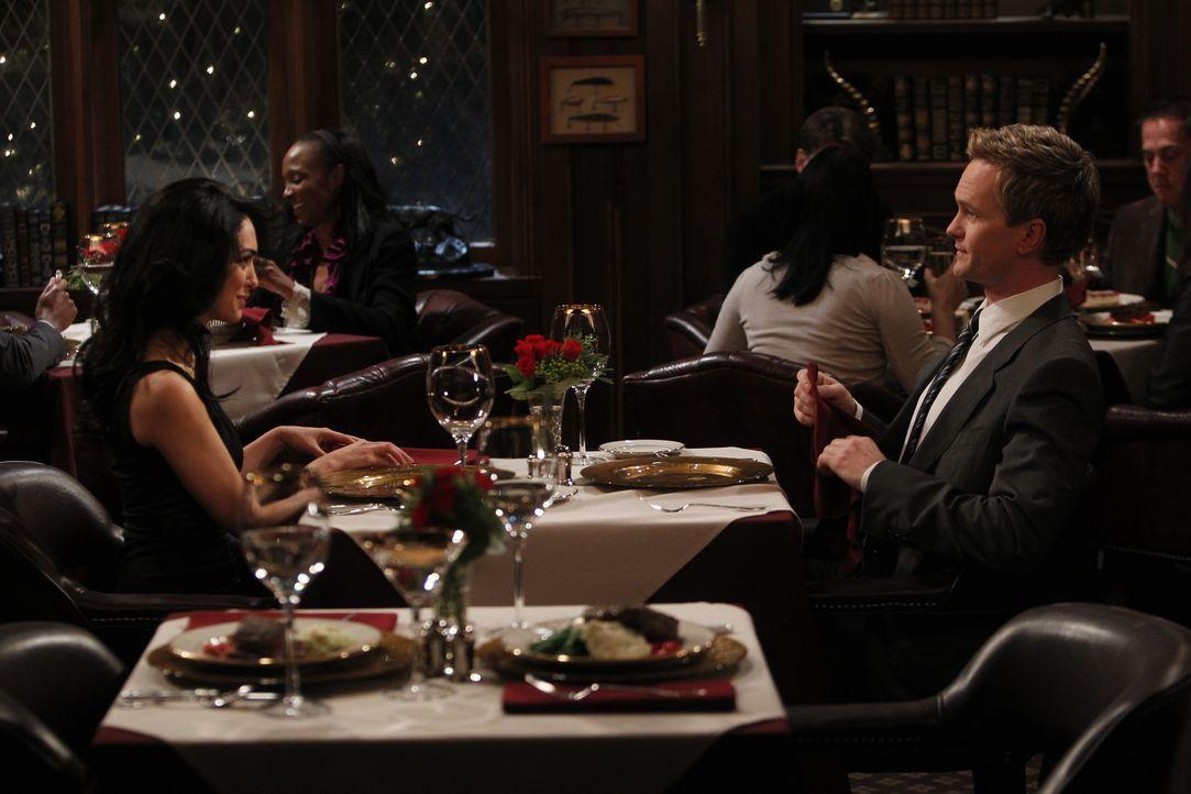 Barney (Neil Patrick Harris, r.) entwickelt tatsächlich Gefühle für Nora (Nazanin Boniadi, l.) und fürchtet nun, dass etwas mit seinem Herz nich... - Bildquelle: 20th Century Fox International Television
