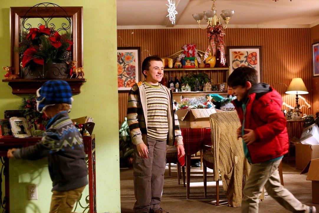 Brick (Atticus Shaffer, M.) wird kurzerhand als Babysitter für die Kinder ihrer Nachbarn abgestellt. Ist das wirklich eine gute Idee? - Bildquelle: Warner Bros.