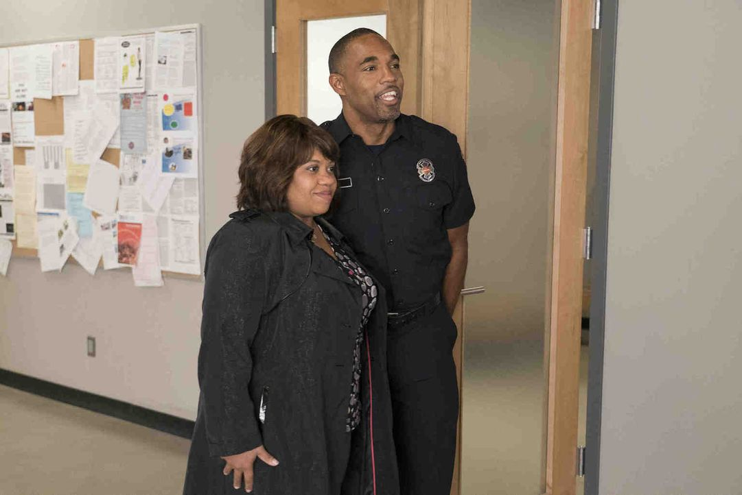 Miranda (Chandra Wilson, l.) will einen Blick in Bens (Jason George, r.) neue Arbeitswelt werfen und erlebt einen ereignisreichen Tag in der Station... - Bildquelle: Eric McCandless 2018 American Broadcasting Companies, Inc. All rights reserved./Eric McCandless