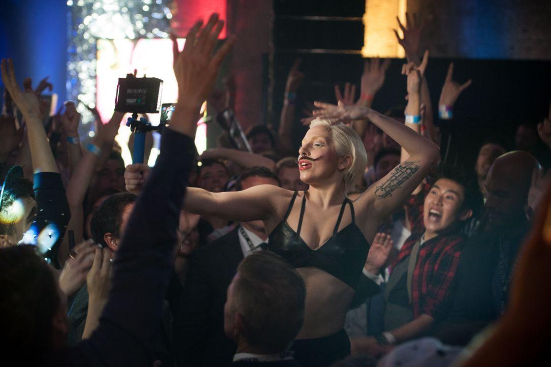 Lady Gaga mit Fans für ARTPOP in Berlin - Bildquelle: Julia Schoierer