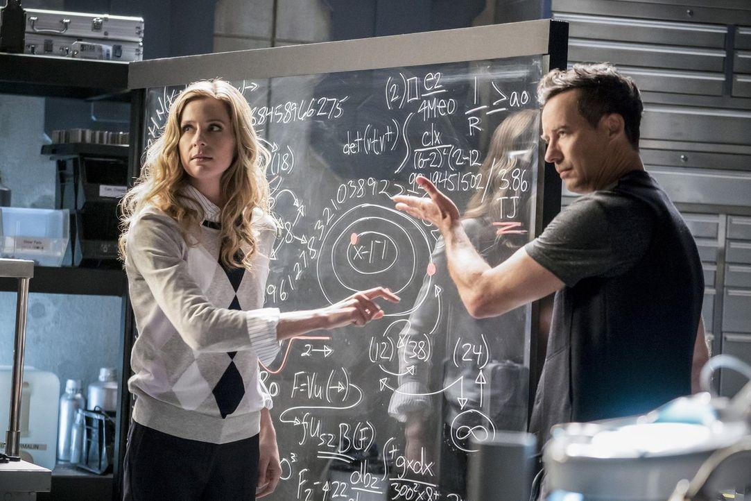 Während Barry einen gefährlichen Schritt im Kampf gegen Savitar wagt, erkennen H.R. (Tom Cavanagh, r.) und Tracy (Anne Dudek, l.), dass zwischen ihn... - Bildquelle: 2016 Warner Bros.