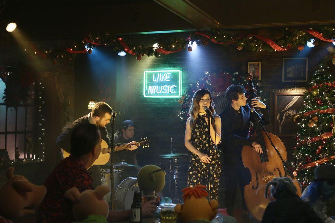 Sollen der Crew auf der Weihnachtsfeier einheizen: die Band Echosmith ... - Bildquelle: Nicole Wilder ABC Studios