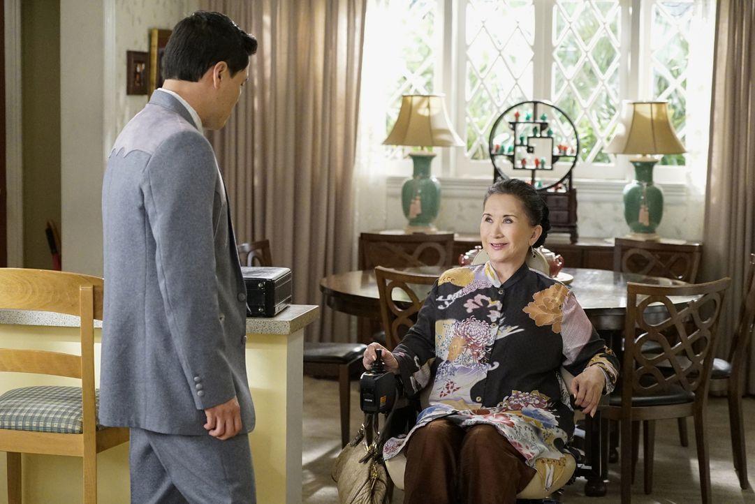 Louis (Randall Park, l.) Sorgen kann Oma Huangs (Lucille Soong, r.) nur belächeln. Ihr neuer Rollstuhl ist doch nicht gefährlich oder etwa doch? - Bildquelle: 2016-2017 American Broadcasting Companies. All rights reserved.