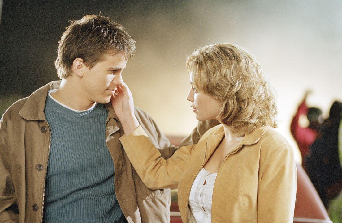 Blicken auf ein unangenehmes Kindheitserlebnis mit Freddy Krueger zurück: Will (Jason Ritter, l.) und Lori (Monica Keena, r.) ... - Bildquelle: Warner Bros. Pictures