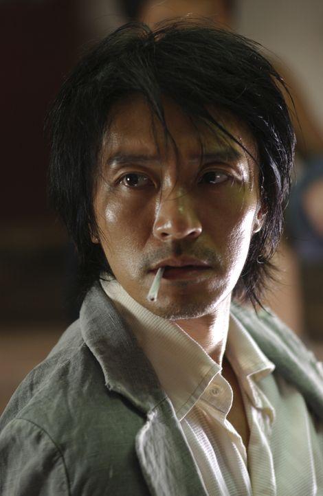 """Eines Tages gerät der junge Aufschneider Sing (Stephen Chow) mitten in der friedlichen Wohnsiedlung """"Residenz Schweinstall"""" in eine Prügelei mit dre... - Bildquelle: 2004 Columbia Pictures Film Production Asia Limited. All Rights Reserved."""