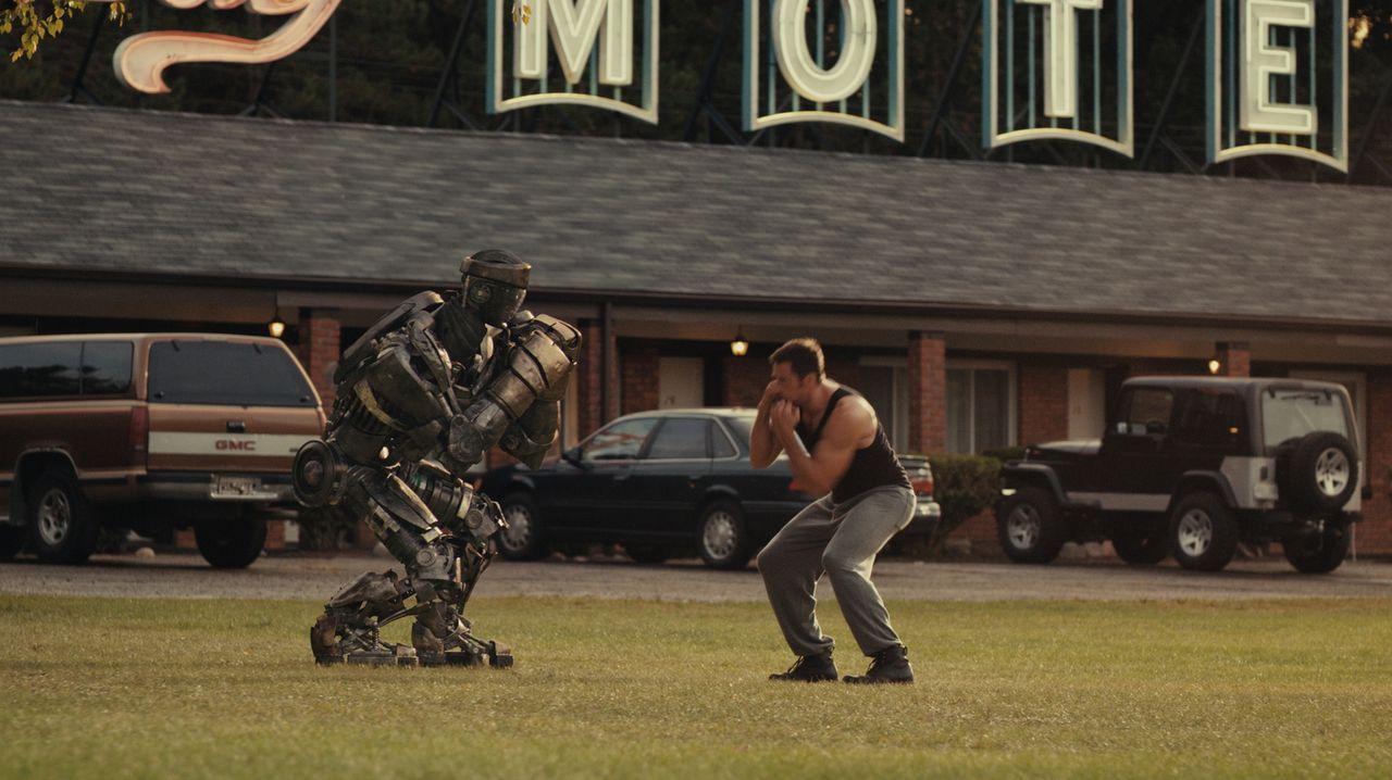Beinahe zu spät erkennt Charlie (Hugh Jackman), dass der alte Kampfroboter vom Schrottplatz, Atom, über einzigartige Fähigkeiten verfügt, die ihn zu... - Bildquelle: Greg Williams, Melissa Moseley DREAMWORKS STUDIOS.  All rights reserved