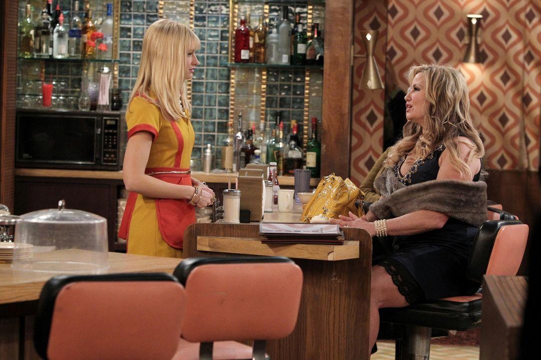 Nachbarin Sophie Kachinsky (Jennifer Coolidge, r.) besucht Caroline (Beth Behrs, l.) an ihrem Arbeitsplatz, um sich von ihren einen Rat einzuholen:... - Bildquelle: Warner Brothers