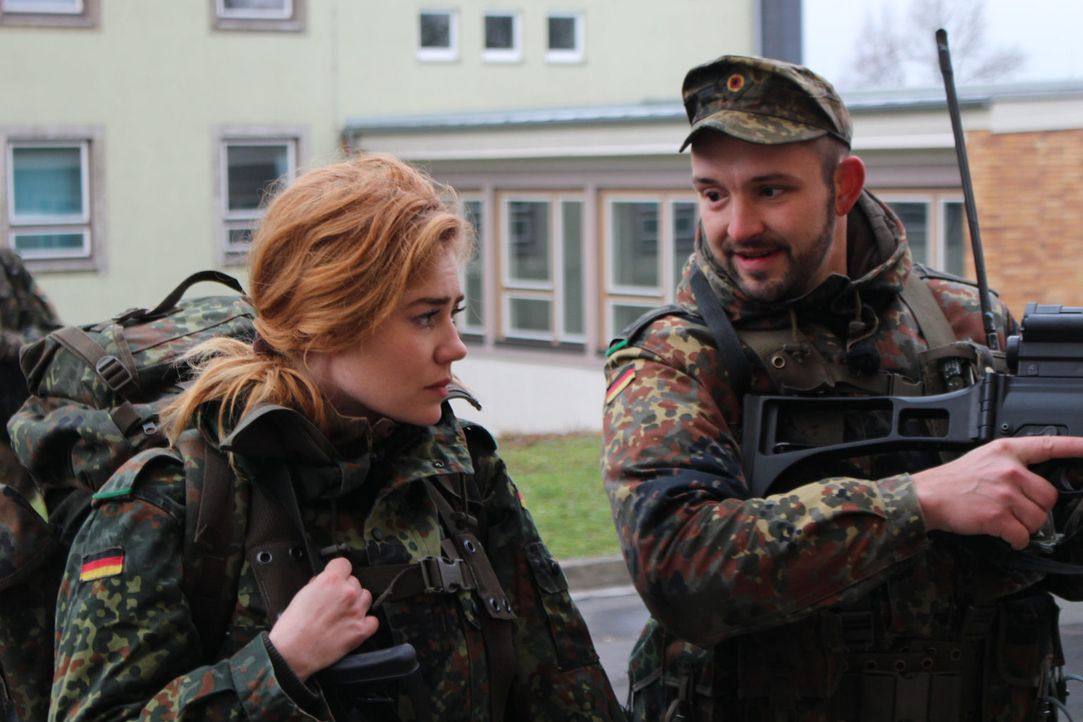 Ein ganz besonderer Tag wartet bei der Bundeswehr auf Moderatorin Palina Rojinski (l.) ... - Bildquelle: ProSieben