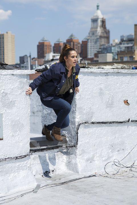 Natalie (Anabelle Acosta) ist Alex auf den Fersen - doch wird sie sie fassen können? - Bildquelle: 2015 ABC Studios