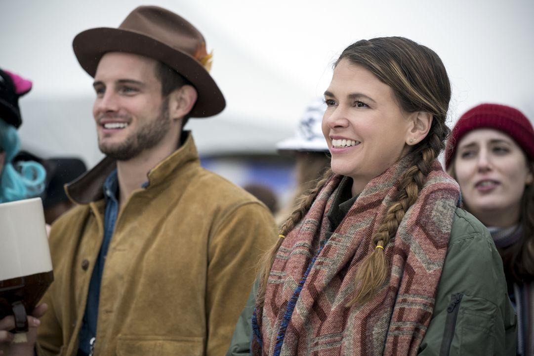 Weiß Liza (Sutton Foster, r.) worauf sie sich einlässt, als sie mit Josh (Nico Tortorella, l.) zu einem Musikfestival geht? - Bildquelle: Hudson Street Productions Inc 2016