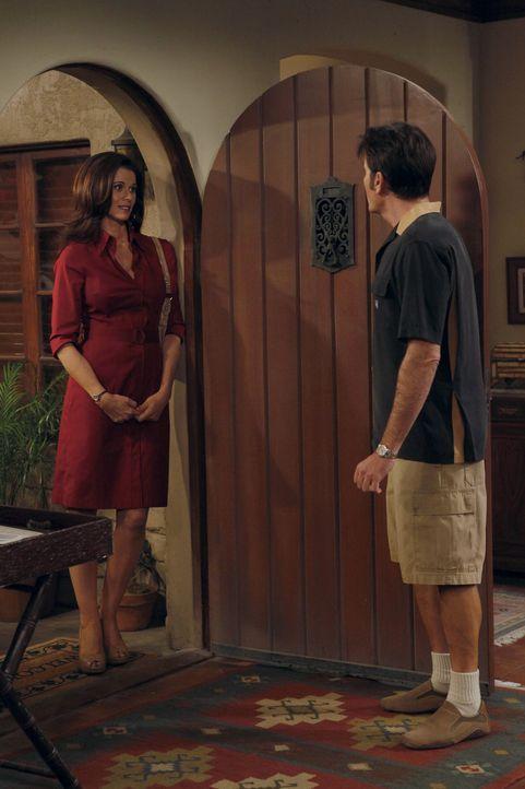 Charlie (Charlie Sheen, r.) trifft zufällig die beste Freundin seiner Ex-Verlobten Chelsea (Jennifer Taylor, l.). Er vergnügt sich mit ihr im Bett... - Bildquelle: Warner Brothers