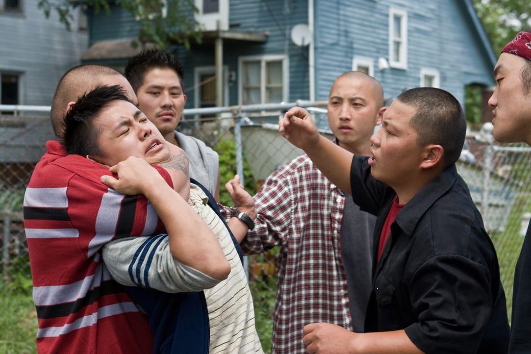 Als der asiatische Nachbarsjunge Thao (Bee Vang, 2.v.l.) auf der Straße angegriffen wird, kommt ihm der eigentlich rassistische Walt todesmutig zu... - Bildquelle: Warner Bros