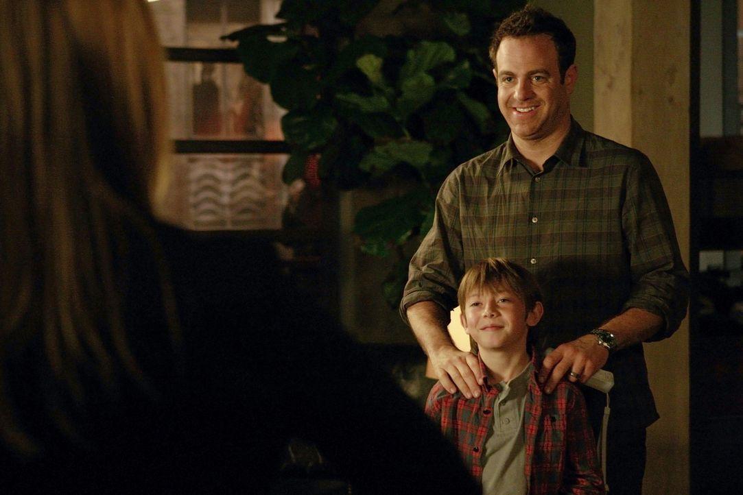 Charlotte, Cooper (Paul Adelstein, r.) und Mason (Griffin Gluck, l.) verhalten sich immer mehr wie eine Familie, was Erica sehr verärgert ... - Bildquelle: ABC Studios