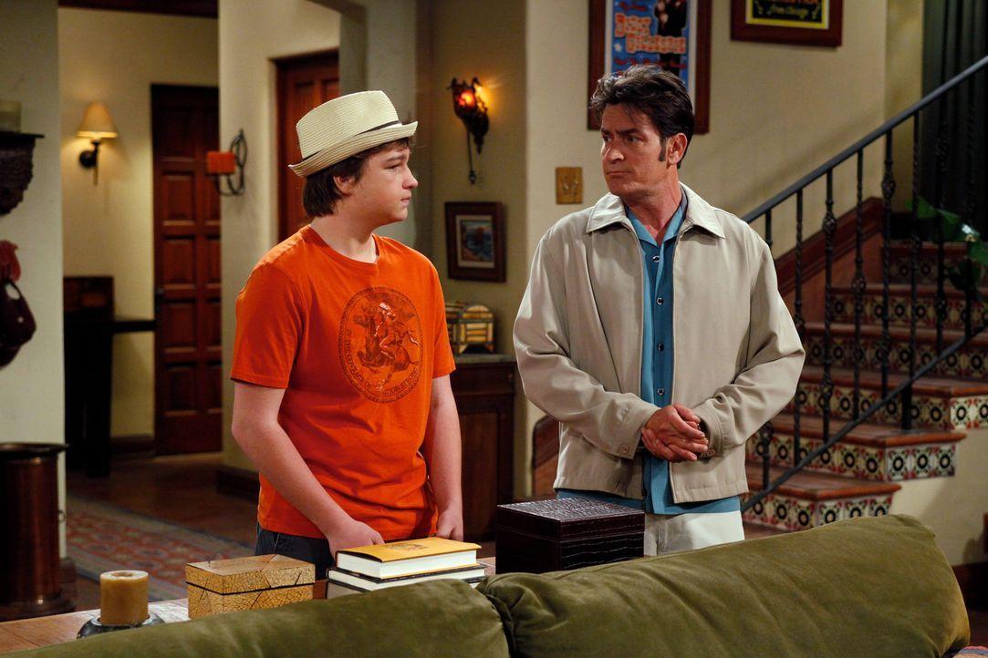 Jake (Angus T. Jones, l.) chauffiert seinen Onkel Charlie (Charlie Sheen, r.), weil der betrunken ist. Charlie drängt seinen Neffen, über eine rot... - Bildquelle: Warner Brothers