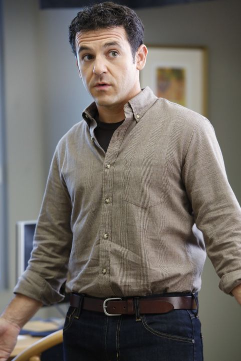 """Eigentlich wollte Stewart (Fred Savage) erreichen, dass sich Dean endlich ein wenig mehr wie ein """"normaler"""" Mensch verhält, doch gerät alles außer K... - Bildquelle: 2015-2016 Fox and its related entities.  All rights reserved."""
