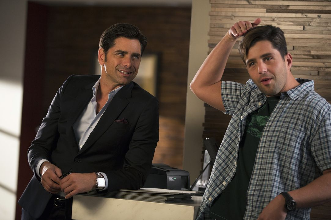 Als Jimmy (John Stamos, l.) feststellt, dass sich Gerald (Josh Peck, r.) als neuer Empfangschef seines Restaurants nicht annähernd so gut macht, wie... - Bildquelle: John Fleenor 2015 American Broadcasting Companies, Inc. All rights reserved.