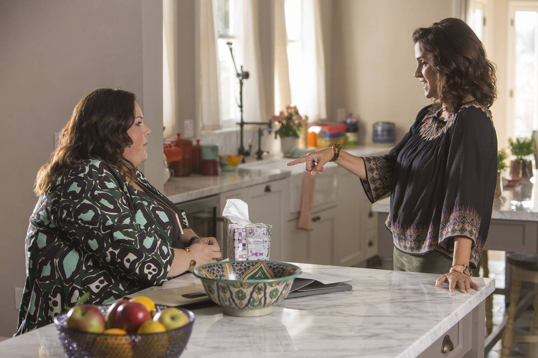 Kate (Chrissy Metz, l.) bewirbt sich bei Marin Rosenthal (Jami Gertz, r.) um einen Job, der nahezu perfekt erscheint. Doch nach und nach stellt sich... - Bildquelle: Ron Batzdorff 2016-2017 Twentieth Century Fox Film Corporation.  All rights reserved.   2017 NBCUniversal Media, LLC.  All rights reserved.