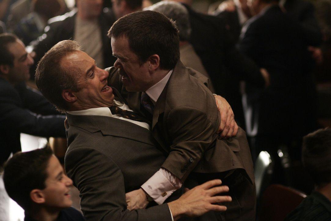 Ben Klandis (Peter Dinklage, r.) beglückwünscht seinen ehemaligen Mandanten Jack DiNorsio (Vin Diesel, l.) zu dem Prozess Ergebnis, das DiNorsio auc... - Bildquelle: 2006 Yari Film Group Releasing, LLC