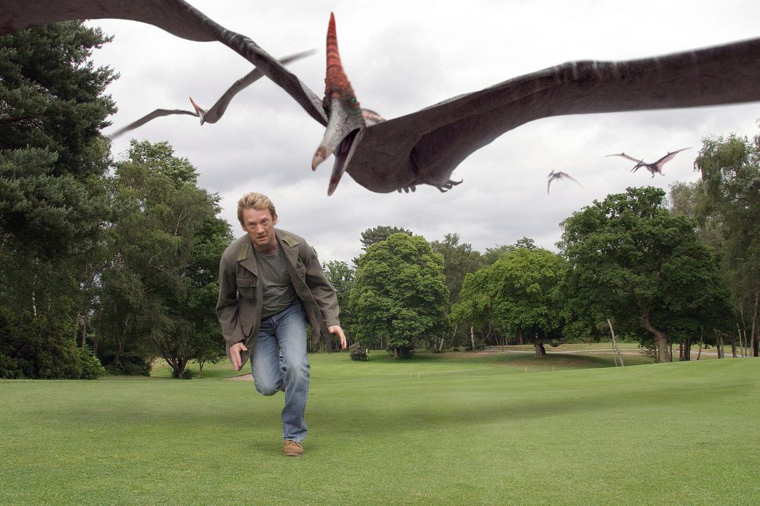 Cutter (Douglas Henshall) macht Bekanntschaft mit gefährlichen Flugsauriern, die aus heiterem Himmel auftauchen ... - Bildquelle: ITV Plc