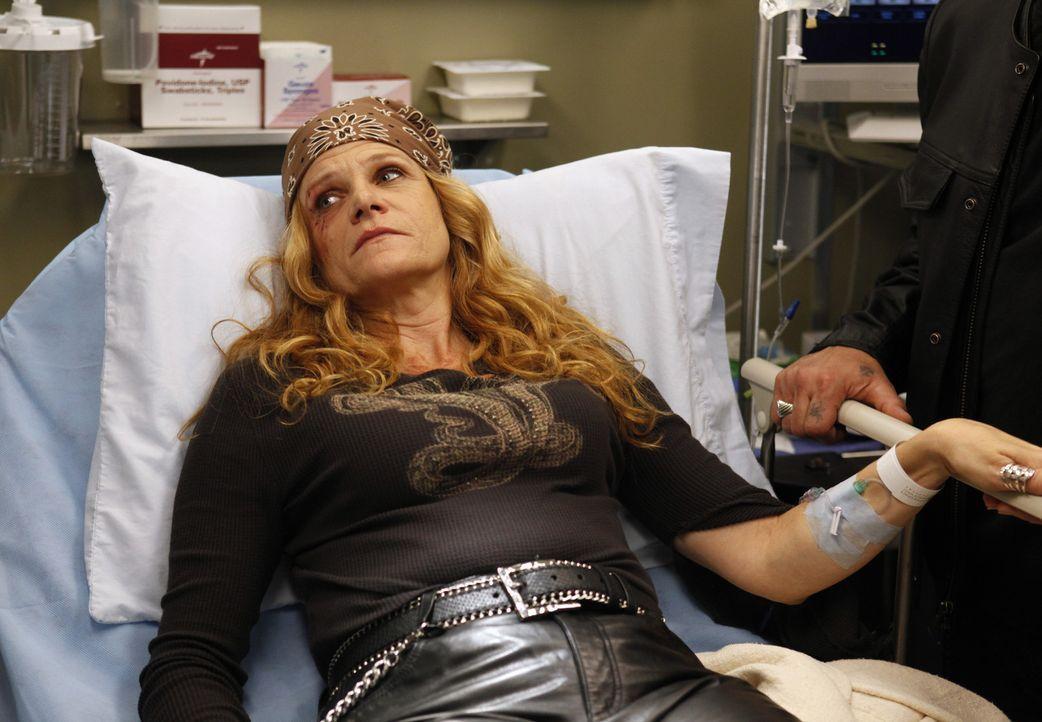 Wird nach einem schrecklichen Unfall ins Seattle Grace Hospital angeliefert: Emily 'Gasoline' Bennett (Dale Dickey) ... - Bildquelle: ABC Studios