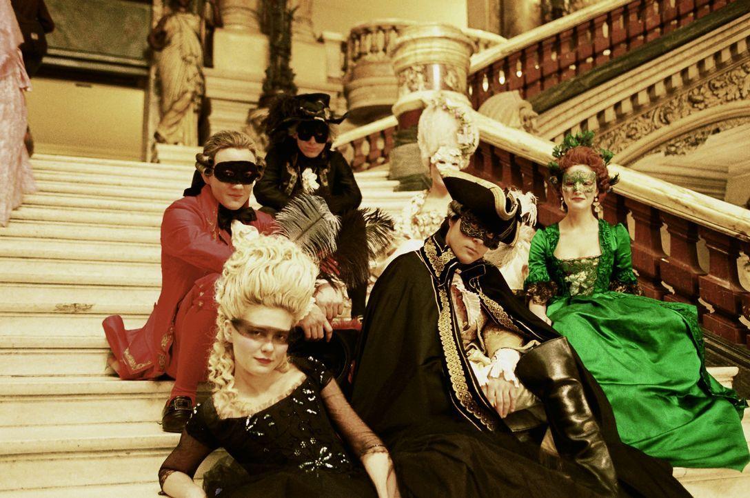 Gelangweilt von ihrer Ehe und der strengen Etikette findet Marie-Antoinette (Kirsten Dunst, vorne l.) nur noch Freude an den pompösen Gesellschaften... - Bildquelle: 2006 I Want Candy, LLC. All Rights Reserved.