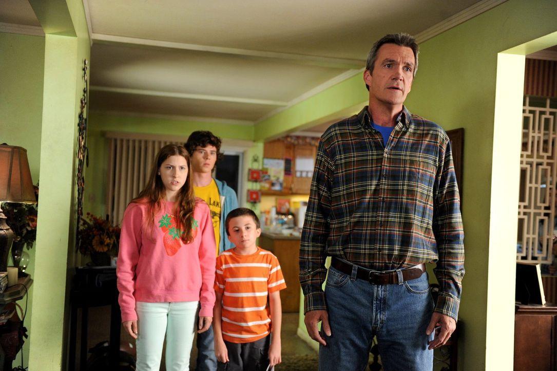 Mike (Neil Flynn, r.), Axl (Charlie McDermott, 2.v.l), Sue (Eden Sher, l.) und Brick (Atticus Shaffer, 2.v.r.) sind irritiert, dass Frankie ein paar... - Bildquelle: Warner Brothers