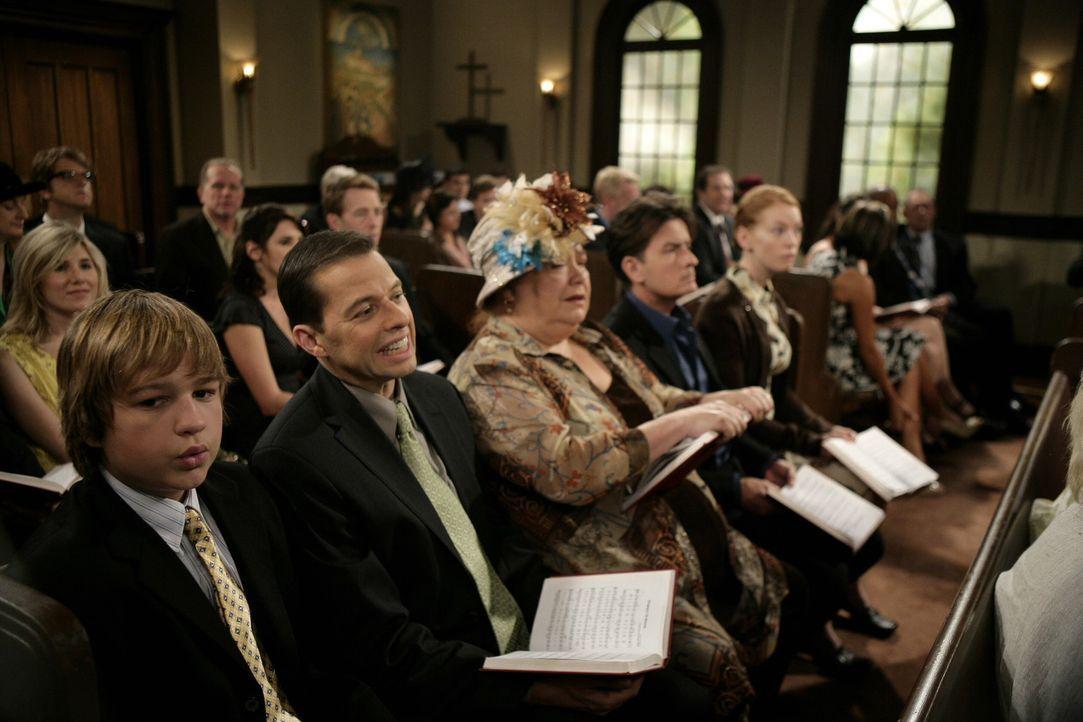 Da seine alte Flamme Desiree (Alicia Witt, r.) wegen ihm ihre Stelle verloren hat, hat Charlie (Charlie Sheen, 2.v.r.) ein schlechtes Gewissen und n... - Bildquelle: Warner Brothers Entertainment Inc.