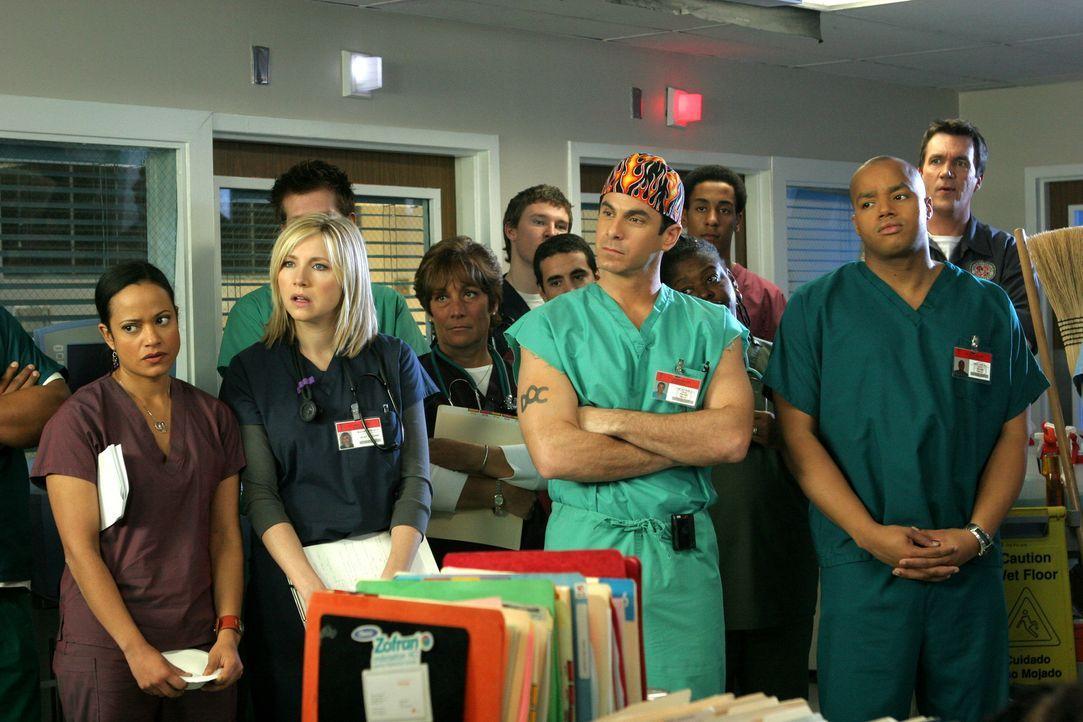 Da J.D. bei einem Patienten SARS diagnostiziert hat, wird die gesamte Klinik, unter anderem Eliott (Sarah Chalke, 2.v.l.), Turk (Donald Faison, r.),... - Bildquelle: Touchstone Television