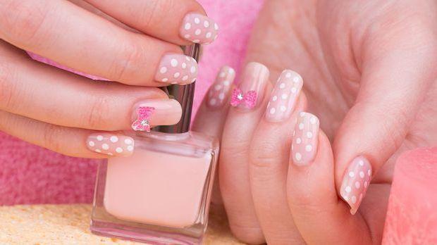 Pimpe dein Nail-Design mit kleinen Punkten auf! Überzeuge dich von dem Look f...