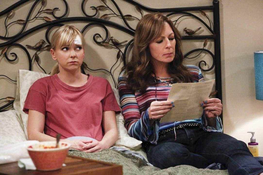 Dass Bonnie (Allison Janney, r.) nicht bei ihrer Tochter Christy (Anna Faris, l.) als Notfallkontakt angegeben ist, wurmt sie ganz schön ... - Bildquelle: 2016 Warner Bros. Entertainment, Inc.