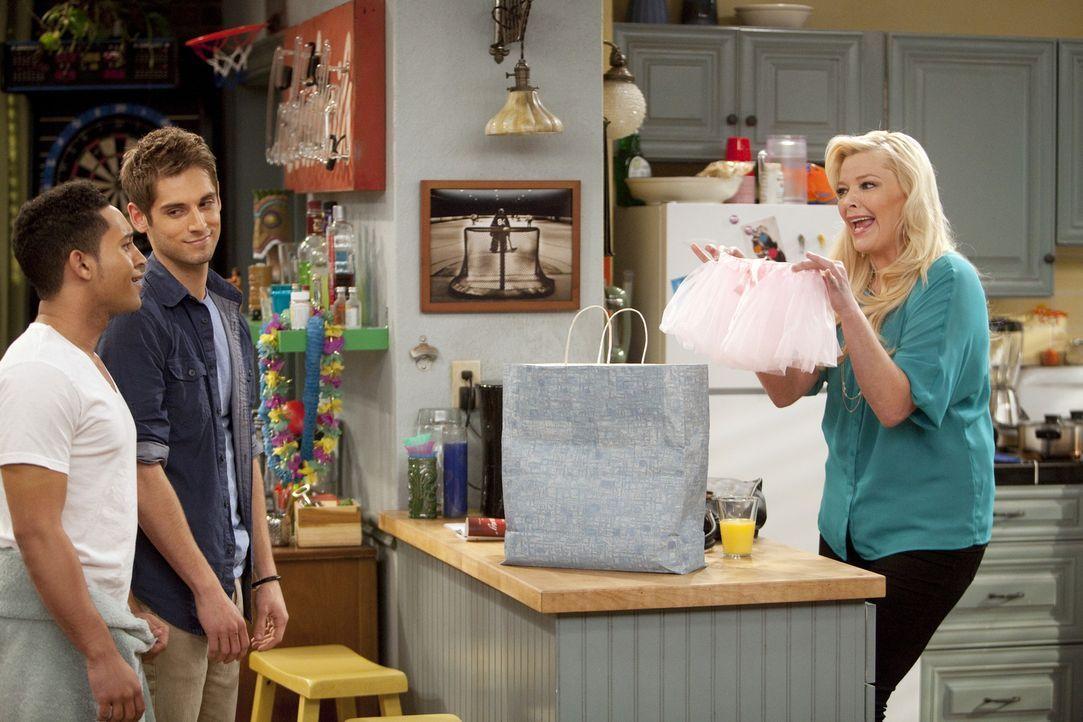 Ben (Jean-Luc Bilodeau, M.) hat seiner Mutter (Melissa Peterman, r.) einen Schlüssel zu seiner Wohnung gegeben, was bei Danny und Tucker (Tahj Mowry... - Bildquelle: Randy Holmes ABC Family