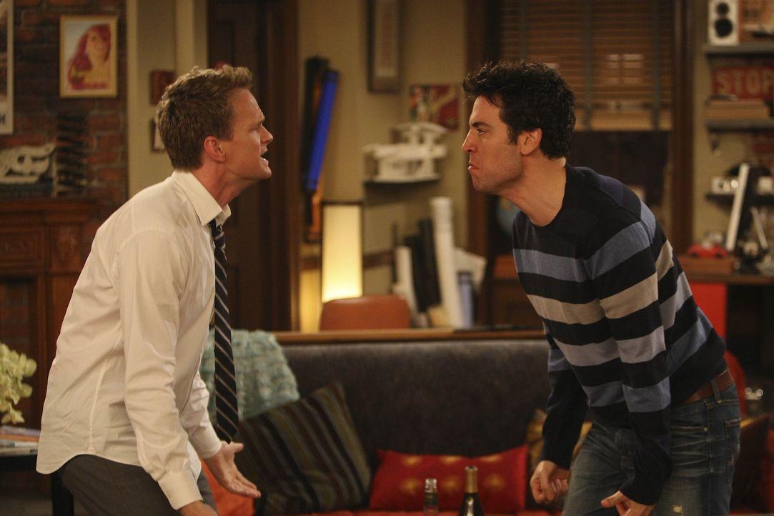 Barney (Neil Patrick Harris, l.) und Ted (Josh Radnor, r.) streiten sich um Robin wie zwei kleine Jungs um ein Spielzeug, dass sie unbedingt haben w... - Bildquelle: 20th Century Fox International Television