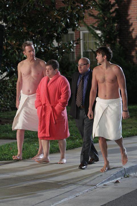 Damit sich Alan bei Lyndsey entschuldigen kann, schnappen Walden (Ashton Kutcher, r.), Billy (Patton Oswalt, 2.v.l.) und Herb (Ryan Stiles, l.) Lynd... - Bildquelle: Warner Bros. Television