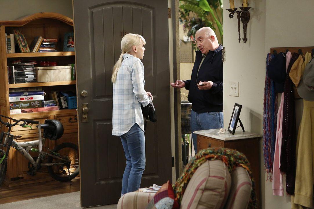 Christy (Anna Faris, l.) will Marjorie und ihrem ehemaligen Vermieter (Jonny Coyne, r.) ihre Schulden zurückzahlen, während Bonnie mit einer Reaktio... - Bildquelle: Warner Bros. Television