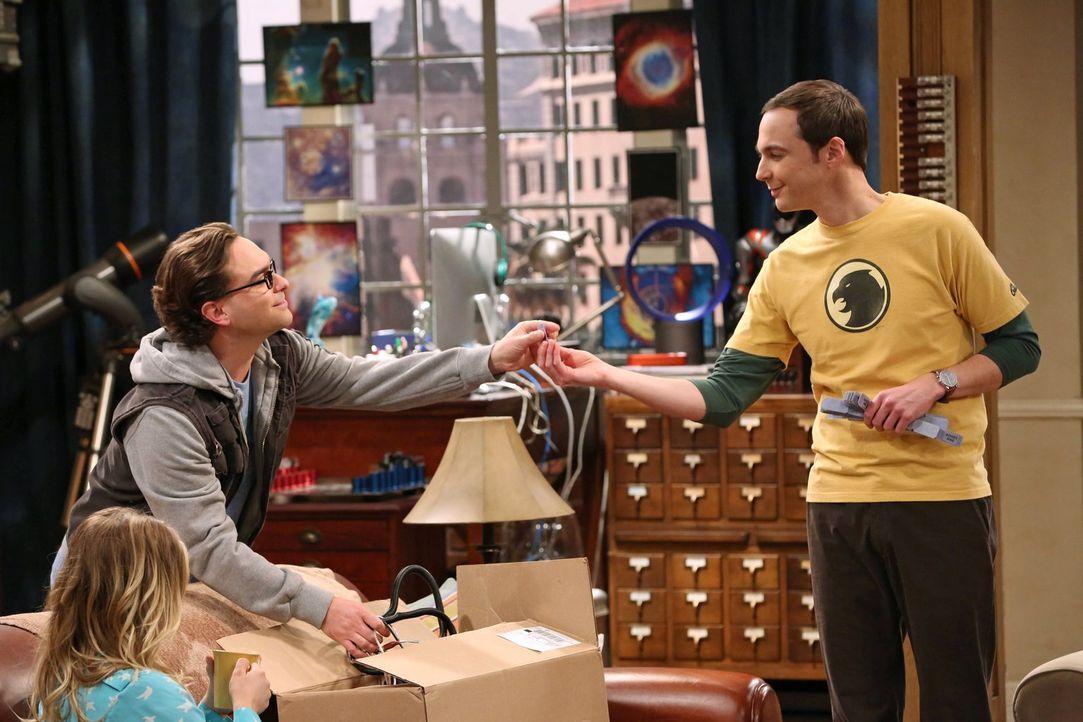 Ein Fehler von Leonard (Johnny Galecki, l.) kommt ans Tageslicht, worauf er von Sheldon (Jim Parsons, r.) bestraft wird. Unterdessen konfrontiert Pe... - Bildquelle: Warner Brothers Entertainment Inc.
