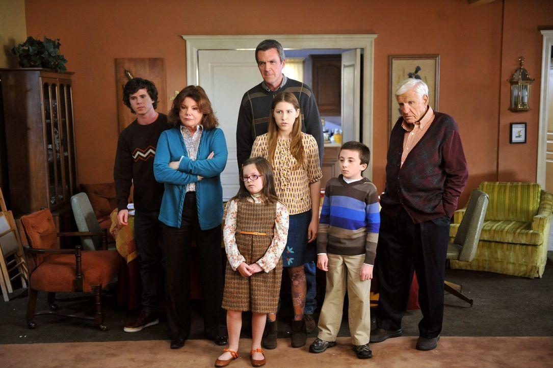 Haben sich das Familientreffen an Thanksgiving anders vorgestellt: Axl (Charlie McDermott, l.), Pat (Marsha Mason, 2.v.l.), Lucy (Marlowe Peyton, 3.... - Bildquelle: Warner Brothers